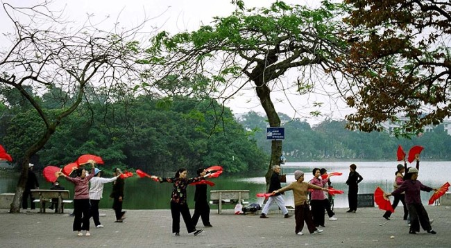 hanoi morning tai chi - hoan kiem lake