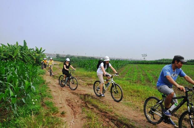 biking to but thap pagoda