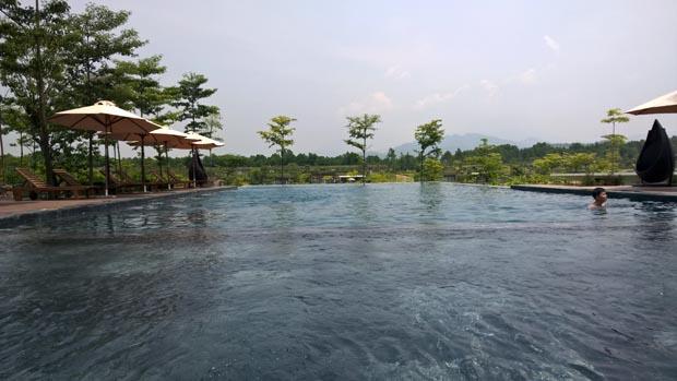 swimming pool at flamingo dai lai resort