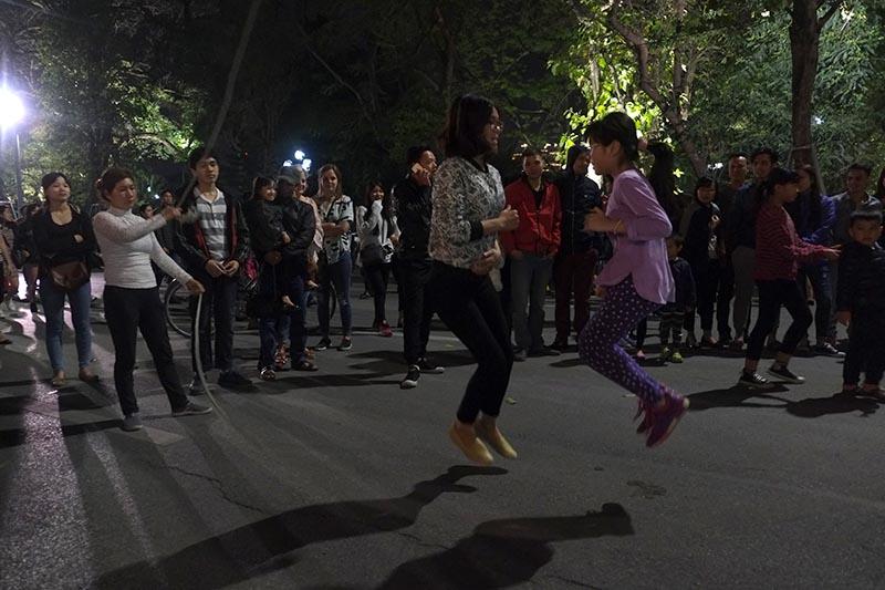 night walking street hanoi